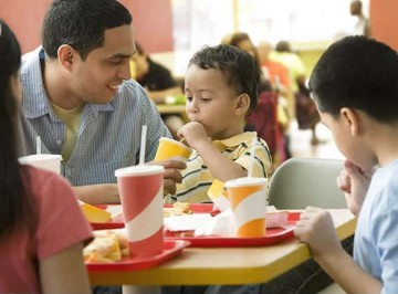 family_eating_fast_food
